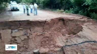 Goiás decreta estado de emergência para conseguir ponte provisória na GO-060 - Pedido do governo é para que Exército leve a estrutura a ponto da via onde foi formada cratera após bueiro desabar.