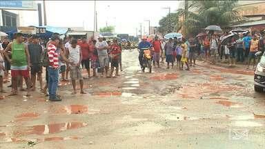 Moradores protestam por melhores condições no bairro Tibiri em São Luís - Eles reivindicam melhorias nas ruas do bairro situado na zona rural que estão intrafegáveis.