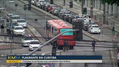 Ciclistas se arriscam nas canaletas dos ônibus - Andar nas canaletas exclusivas para ônibus é proibido. Nossa equipe também se arriscam na rabeira dos ônibus.