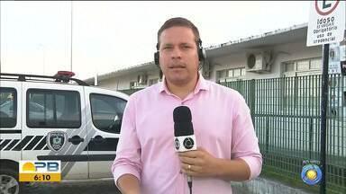 Homem suspeito de realizar assaltos é espancado por moradores, em João Pessoa - Homem já se encontrava detido por moradores e com sinais de espancamento quando a polícia chegou ao local.