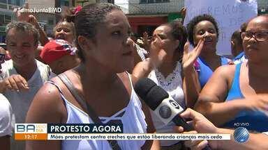 Mães protestam contra creches que estão liberando crianças mais cedo - As creches só funcionam meio turno e as mães não conseguem trabalhar.