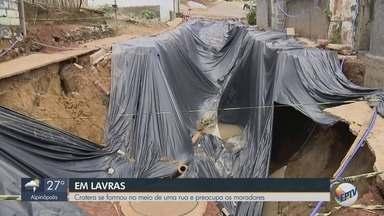 Cratera que abriu no meio da rua preocupa moradores de Lavras, MG - Cratera que abriu no meio da rua preocupa moradores de Lavras, MG