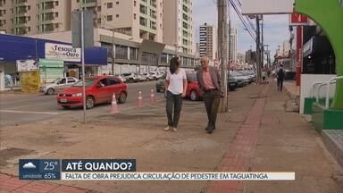 Redação Móvel ouve reclamações de pedestres em Taguatinga - Calçadas nas avenidas Comercial e Samdu estão em péssimo estado, prejudicando a circulação. Inversão do tráfego das vias diminuiu mortes e acidentes na região. GDF não tem previsão para tirar os projetos do papel.