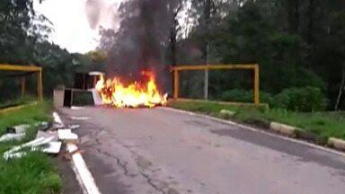 Protestos são feitos em Mogi das Cruzes e Suzano devido alagamentos - Os manifestantes colocaram fogo em pneus e móveis na Rua Antônio Rozendo de Lima, no Distrito de Quatinga, em Mogi das Cruzes.