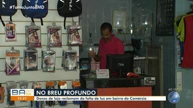 Donos de lojas reclamam da falta de luz no bairro do Comércio, em Salvador - A queda de luz causa prejuízo aos lojistas.