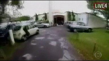 Sobreviventes relatam como escaparam de ataque na Nova Zelândia - O homem armado abriu fogo em duas mesquitas. Uma das testemunhas disse que viu o atirador trocar a arma e recomeçar a atirar.