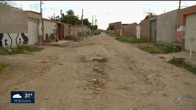 Problema de esgoto estourado no bairro Quati 02 é resolvido parcialmente pela Compesa - Segundo os moradores, a solução do problema foi feita de forma paliativa.