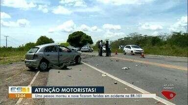 Acidente deixa um morto e nove feridos na BR-101, no Norte do ES - Batida envolveu dois carros de passeio e uma van.