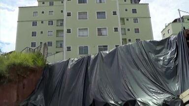 Moradores acionam Justiça e cobram reparos em condomínio de Barbacena - Perícia judicial apontou falhas no projeto. Condôminos querem que construtora responsável repare quatro blocos de edifícios.