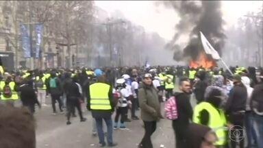 Coletes Amarelos voltam às ruas de Paris para mais um sábado de protestos - Manifestantes entraram em confronto com a polícia no Arco do Triunfo. Atiraram bombas caseiras e receberam o revide da polícia com jatos de água. Os Coletes Amarelos querem redução de impostos e aumento da oferta de empregos.