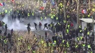 Polícia francesa prende mais de 100 pessoas em protesto violento - Cerca de dez mil pessoas se reuniram perto do Arco do Triunfo. Eles quebraram vitrines e incendiaram bancas de jornal na Champs Elyseés.