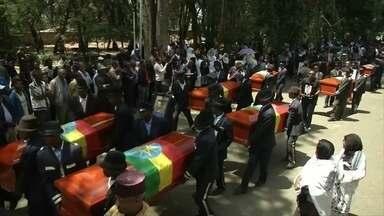 Funeral simbólico para vítimas de acidente com Boeing reúne milhares na Etiópia - Como nenhum corpo foi recuperado, caixões estavam vazios. A identificação das 157 vítimas por meio de testes de DNA pode levar meses.