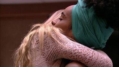 Gabriela abraça Paula após indicar sister ao Paredão - Gabriela abraça Paula após indicar sister ao Paredão