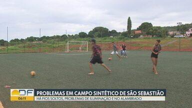 Moradores de São Sebastião reclamam de problemas em campo sintético da região - Segundo a comunidade, a obra foi inaugurada no fim do ano passado e já apresenta uma série de falhas.