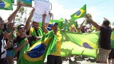Manifestantes fazem protesto em apoio à Lava Jato - Ato aconteceu na orla de Boa Viagem, na Zona Sul do Recife