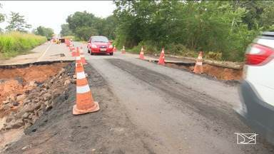 Rompimento de rodovia causa trânsito lento na BR-316, em Zé Doca - Rompimento foi provocado pela enchente de um igarapé no final de semana.