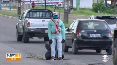 Boneco sinaliza buraco na pista da PE-15 - Dá para ver que asfalto está afundando no local