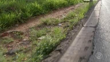 Pedestres reclamam de buracos e mato alto em calçadas de Sorocaba - Em Sorocaba (SP), andar pelas calçadas não tem sido uma tarefa fácil. Entre os obstáculos para o pedestre estão buracos, pedras e muito mato.
