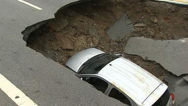 Cratera engole carro e deixa motorista ferida no Centro de Taubaté - O buraco se abriu na rua Juca Esteves por volta das 20h de domingo (17).