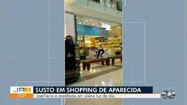 Polícia identifica 2 suspeitos de assaltar joalheria em shopping de Aparecida de Goiânia - Vídeo mostra quando assaltantes, armados, fogem pelos corredores do centro de compras. Clientes e funcionários que estavam no local relatam pânico. Cinco participaram do crime, diz delegado.