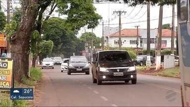 Relatório do Detran aponta que rua Monte Alegre é uma das mais perigosas de Dourados - Na manhã de domingo (17), carro e caminhonete bateram no cruzamento da via com a avenida Presidente Vargas e o semáforo foi derrubado.
