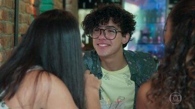 Jade e Pérola questionam Michael sobre seus sentimentos por Santiago - Michael garante que só quer a felicidade de Santiago, mas não consegue convencer as amigas