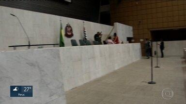 Base do Governo protocola 11 dos 22 pedidos de CPI na Câmara Legislativa - No primeiro dia de trabalho dos deputados na Assembleia Legislativa assessores ficaram até 60 horas na fila para protocolar pedidos de CPIs, numa manobra para evitar comissões desfavoráveis ao governo.