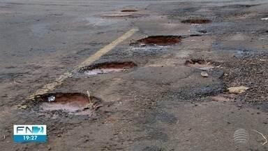 Buracos no asfalto geram transtornos a moradores de Presidente Prudente - Prefeitura alega que chuvas atrapalham resolução dos problemas.