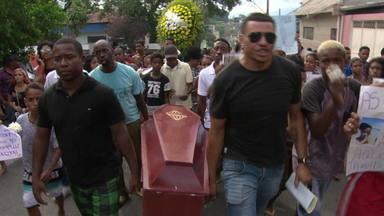 Corpo de adolescente morto na Chatuba é enterrado com protestos - Kauan Teixeira, de 12 anos, levou dois tiros na noite de sábado (16) na comunidade da Chatuba, em Mesquita. A família e testemunhas dizem que ele foi baleado pela PM, que nega tudo.