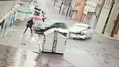 Mulher escapa de atropelamento após acidente entre carros - Assista ao vídeo.