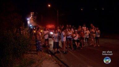 Protesto critica problemas de acesso a bairro da zona leste de Bauru - Moradores do núcleo Isaura Pitta Garmes, na zona leste de Bauru, estão revoltados com a dificuldade de acesso ao bairro e por isso eles se reuniram para protestar e pedir por melhorias. Segundo os manifestantes, quando chove a comunidade fica praticamente isolada.