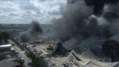 Fábrica de colchões pega fogo em Salvador - Há sete horas, mais de quarenta homens do Corpo de Bombeiros trabalham para combater as chamas na fábrica. O fogo permanece confinado em uma área de difícil acesso.