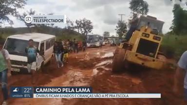 Ônibus ficam ilhados e estudantes caminham na lama em São Sebastião - Administração da cidade diz que já arrumou estrada e que estuda asfaltamento.