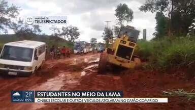 Estudantes caminham na lama depois de transporte escolar atolar - Foi no Capão Comprido, em São Sebastião. Uma van e até a máquina da administração, que reparava a estrada, também ficaram atolados.