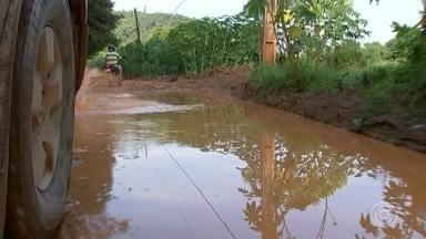 Moradores de bairros rurais em Araçariguama reclamam de vias sem asfalto - Moradores de bairros rurais em Araçariguama estão ilhados, sem sair ou chegar em casa há dias. As vias estão intransitáveis e os ônibus do transporte coletivo ficam atolados no meio do caminho.