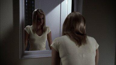 Bloody Mary - No subúrbio de Nebraska, jovens brincam de repetir 'Bloody Mary' três vezes no espelho. Sabendo que o espírito pode viajar através dos reflexos, Sam e Dean tentam destruí-la.