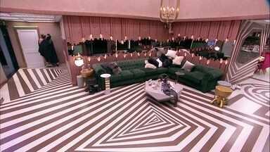 Alberto e Rízia ficam juntos na parte interna da casa - Alberto e Rízia ficam juntos na parte interna da casa