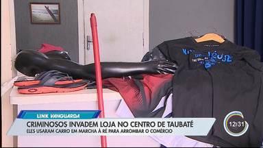 Loja de roupas foi furtada no Centro de Taubaté - Bandidos arrombaram a porta com carro em marcha à ré.