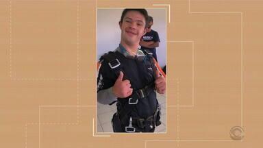 Jovem com Síndrome de Down salta de paraquedas em Torres - Dia 21 de março é o Dia Internacional da Síndrome de Down.