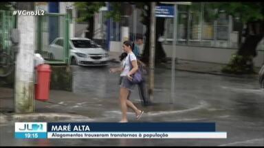 Maré alta com chuva forte deixa ruas e comércio alagados em Belém - Jornal Liberal