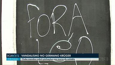 Diretoria manda cobrir pichações nos muros do Estádio Germano Krüger - Operário perdeu para o Athletico na noite anterior.