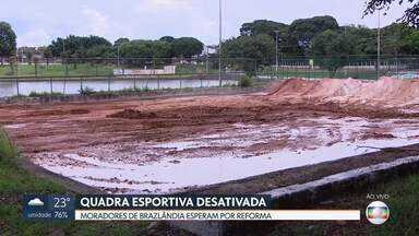 Redação Móvel ouve praticantes de futevôlei em Brazlândia - Moradores esperam por reforma de quadra de esportes. Usuários pagaram do próprio bolso reforma do espaço.