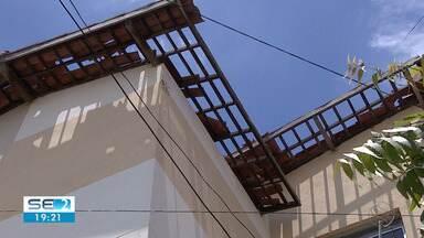 Mais de 100 apartamentos foram danificados pela ventania em bairro de Aracaju - Prédios atingidos no Bairro 17 de março começaram a ser reparados nesta sexta-feira (22).