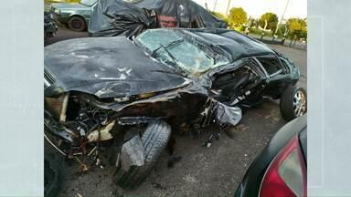 Jovens ficam gravemente feridos em acidente na PR-182 - Carro ficou completamente destruído.
