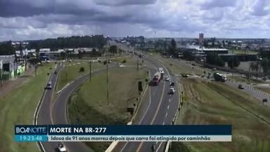Idosa de 91 anos morre em acidente no trevo de acesso ao bairro Guarujá - O carro onde ela estava fez uma manobra proibida e foi atingido por um caminhão.