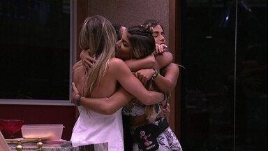 Emparedadas, Elana, Carolina e Paula se abraçam após formação de Paredão - Emparedadas, Elana, Carolina e Paula se abraçam após formação de Paredão