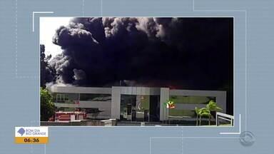 Incêndio atinge empresa de maçanetas e cabides em Bento Gonçalves - De acordo com o Corpo de Bombeiros, fogo foi controlado e ninguém ficou ferido.