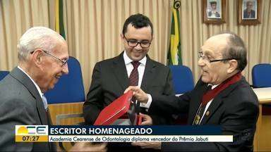 Cearense vencedor do Prêmio Jabuti é homenageado pela Academia Cearense de Odontologia - Mailson Furtado Viana recebeu o Diploma de Honra ao Mérito Cultural.