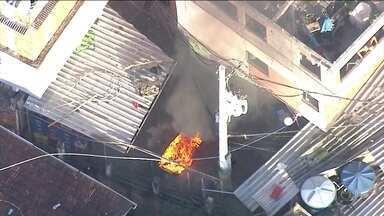 Imagens mostram PM queimando móveis em favela na Zona Sul do Rio - Corregedoria vai apurar o caso. Moradores do Morro Dona Marta, em Botafogo, também relataram tiroteio na manhã desta terça (26).