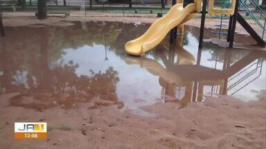 Crianças não conseguem brincar em espaço público de lazer que está alagado - Crianças não conseguem brincar em espaço público de lazer que está alagado